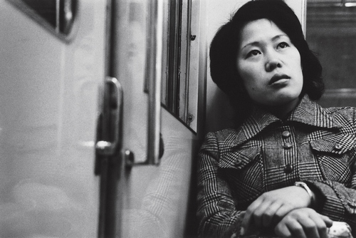 Nobuyoshi Araki, Subway, 1963-1972, stampa alla gelatina ai sali d'argento Courtesy l'artista e Yoshiko Isshiki Office, Tokyo