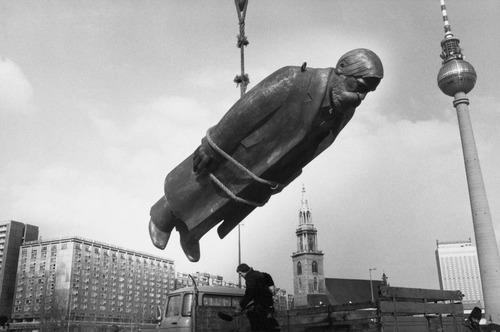 Sibylle Bergemann. Das Denkmal, East Berlin (The Monument, East Berlin). 1986